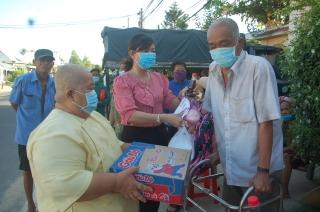 Hội LHPN xã Phước Thạnh huyện Gò Dầu: Trao 40 phần quà và 300 xuất cơm cho đối tượng ảnh hưởng dịch bệnh Covid- 19