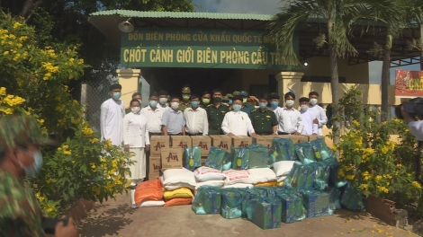Ban đại diện Hội Thánh Cao Đài Tòa thánh Tây Ninh: Tặng quà các chốt biên phòng chống dịch Covid-19