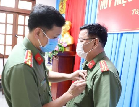 Đảng ủy Công an tỉnh: Trao Huy hiệu 30 tuổi Đảng cho đảng viên
