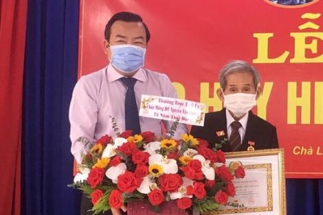 Phó Bí thư Thường trực Tỉnh ủy trao Huy hiệu Đảng ở Dương Minh Châu