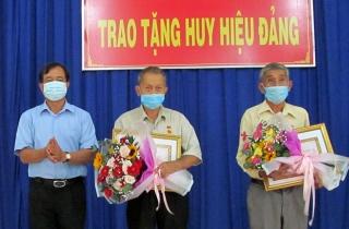 Thành ủy Tây Ninh trao Huy hiệu Đảng cho 3 đảng viên tại phường Ninh Thạnh và Ninh Sơn
