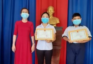 Khen thưởng hai em học sinh trả lại của rơi cho người bị mất