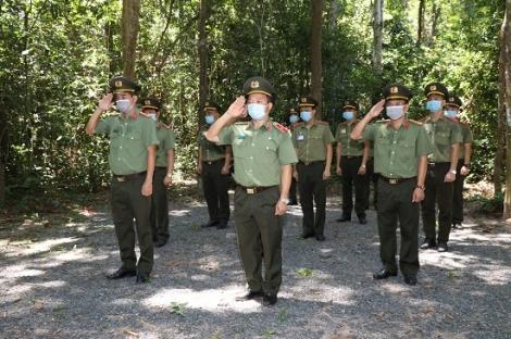 Trường Đại học An ninh nhân dân viếng nghĩa liệt sĩ Tân Biên (Đồi 82)