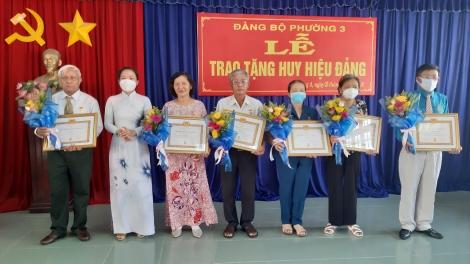 Thành ủy Tây Ninh trao tặng Huy hiệu Đảng cho đảng viên phường 3 và phường IV