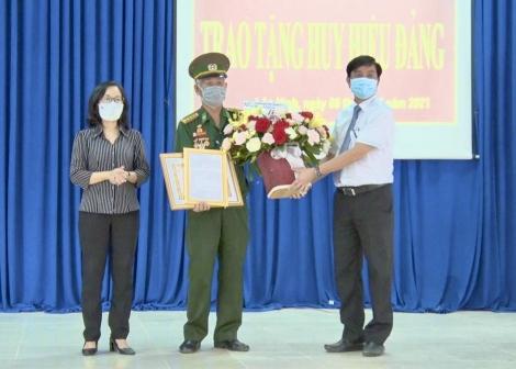 Huyện Dương Minh Châu: Trao Huy hiệu 60 năm tuổi Đảng cho đảng viên