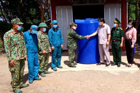 Huyện uỷ Tân Châu: Tặng 15 bồn chứa nước cho các đồn biên phòng trên địa bàn