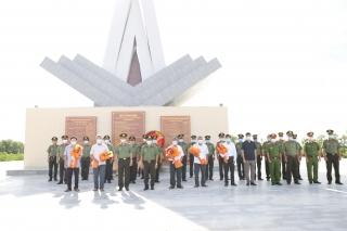 Dâng hương tưởng niệm các anh hùng, liệt sĩ Ban An ninh tỉnh