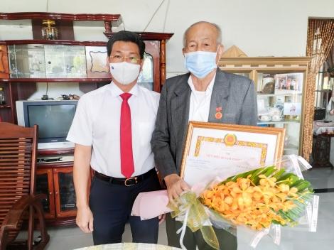 Trao Huy hiệu 60 tuổi Đảng cho nguyên Trưởng Ban Dân vận Tỉnh ủy