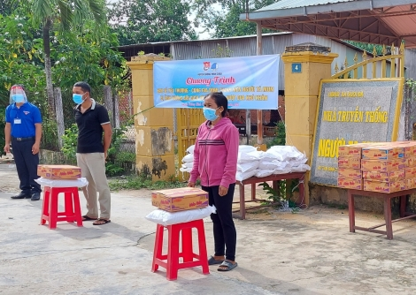 Trao 100 phần quà cho thanh niên người Tà Mun ở xã Suối Đá