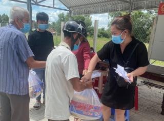 Mạnh thường quân xã Tiên Thuận trao tặng 150 suất quà cho các hộ bị ảnh hưởng dịch bệnh Covid-19