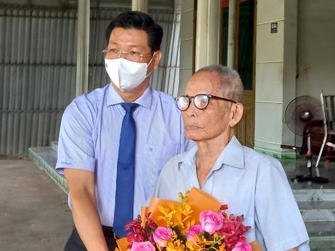 Nguyên Chủ tịch UBND huyện Châu Thành nhận Huy hiệu 70 năm tuổi Đảng