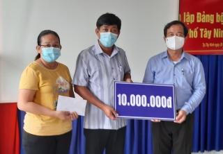 Lãnh đạo Thành phố thăm, tặng quà cán bộ y tế trong công tác phòng chống dịch