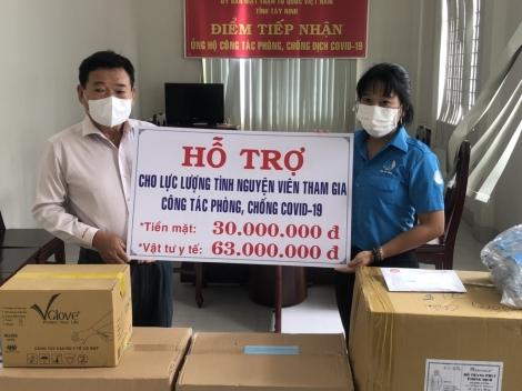 Trao tặng vật tư y tế cho lực lượng thanh niên tình nguyện tham gia phòng chống dịch Covid-19
