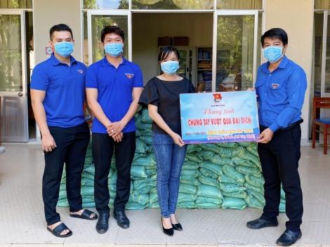 Thành đoàn TP. Tây Ninh: Tặng 1 tấn gạo cho người dân hai xã Tân Bình, Thạnh Tân