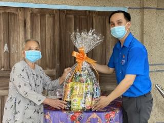 Thị đoàn Hòa Thành thăm, tặng quà Mẹ Việt Nam anh hùng và các gia đình chính sách