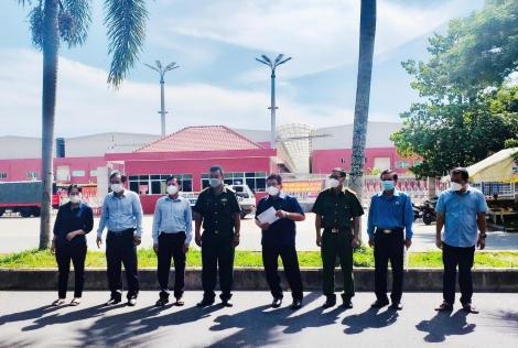 LĐLĐ tỉnh: thăm, tặng quà lực lượng trực phòng, chống dịch trong khu công nghiệp Phước Đông