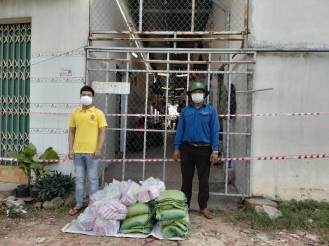 Thị đoàn Trảng Bàng: Thăm, tặng quà chốt kiểm soát dịch và người dân tại các khu nhà trọ bị phong tỏa, cách ly y tế