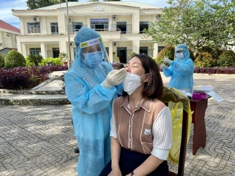 Châu Thành: Test nhanh Covid-19 cho cán bộ, công chức huyện