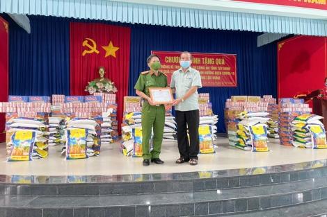 Phòng Kỹ thuật hình sự, Công an tỉnh trao tặng 100 phần quà ủng hộ công tác phòng, chống dịch Covid-19 tại phường Lộc Hưng