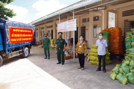 Ban CHQS huyện Tân Châu: tặng nhu yếu phẩm cho các hộ dân vùng phong tỏa