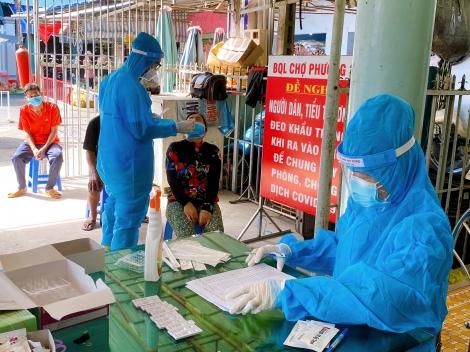 Thành phố Tây Ninh test nhanh Covid-19 cho tiểu thương tại chợ phường 3