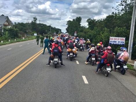 CSGT Tây Ninh hỗ trợ dẫn đường cho công nhân về quê