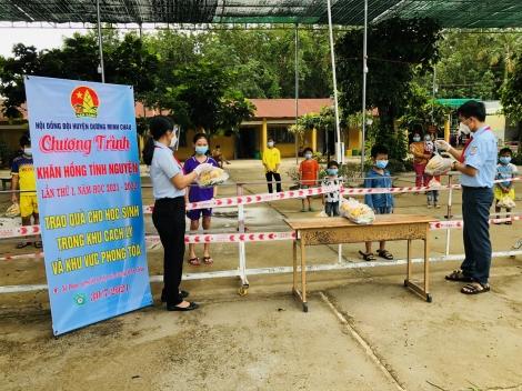 Hội đồng Đội huyện Dương Minh Châu: Tặng quà cho thiếu nhi trong khu vực phong toả