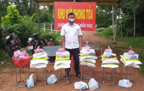 UBMTTQVN xã Phước Vinh: Tặng quà cho các hộ dân trong khu vực bị phong tỏa