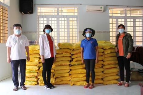 Báo Tây Ninh: Tặng 2 tấn gạo hỗ trợ huyện Bến Cầu