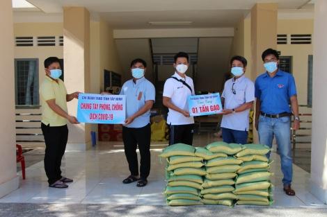 Tặng 1 tấn gạo ủng hộ cho người dân gặp khó khăn do ảnh hưởng của dịch Covid-19