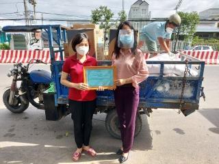 Sở VHTT&DL tặng vật tư y tế  phòng, chống dịch và nhu yếu phẩm cho xã Suối Đá, huyện Dương Minh Châu