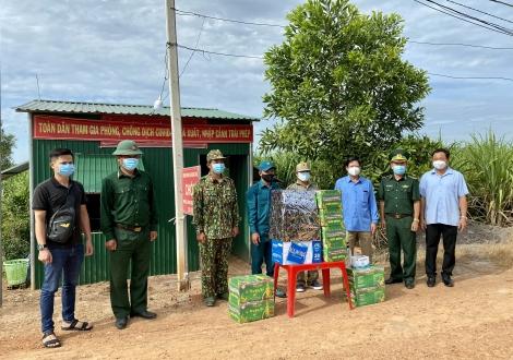 Bí thư Huyện ủy Châu Thành thăm, tặng quà các đồn biên phòng và các chốt chặn phòng chống dịch Covid-19