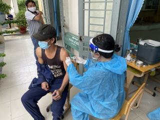 Tổ chức tiêm vaccine ngừa Covid-19 cho người từ 65 tuổi trở lên, công nhân, người lao động