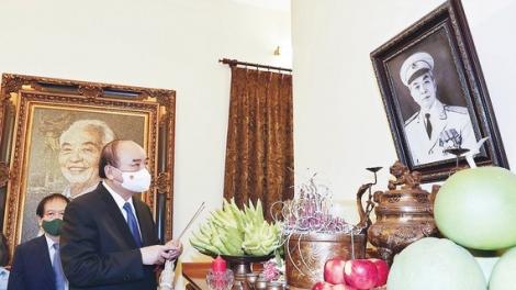 Chủ tịch nước Nguyễn Xuân Phúc dâng hương tưởng nhớ Đại tướng Võ Nguyên Giáp