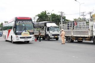Cảnh sát giao thông dẫn đường các chuyến xe chở người dân Tây Ninh về quê