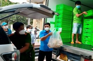 Bến Cầu: Trao hơn 3 tấn gà thịt hỗ trợ lực lượng phòng chống dịch và các hộ dân trong khu phong tỏa, cách ly