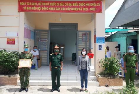 Khen thưởng lực lượng dân quân tham gia xét nghiệm sàng lọc SARS-CoV-2