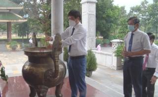 Viếng Nghĩa trang liệt sĩ Đồi 82