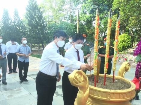Lãnh đạo thị xã Hoà Thành viếng Nghĩa trang liệt sĩ
