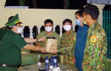 Kiểm tra công tác trực sẵn sàng chiến đấu trên các chốt chống dịch