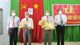 Gò Dầu: Trao Huy hiệu 45 và 30 năm tuổi Đảng cho đảng viên