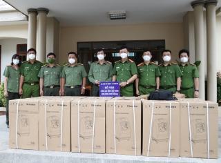 Trao tặng máy thở oxy cho Công an tỉnh