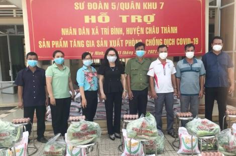 Tặng quà người dân xã Trí Bình