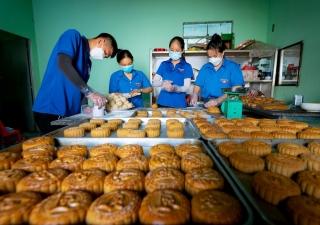 Làm bánh trung thu tặng học sinh có hoàn cảnh khó khăn
