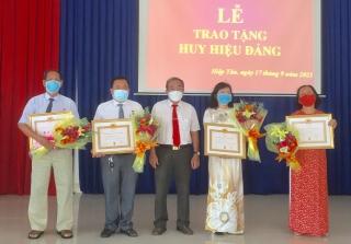 Trao Huy hiệu Đảng cho 4 đảng viên thuộc Đảng bộ phường Hiệp Tân
