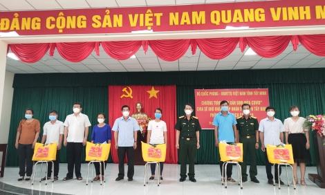 """Bộ Quốc phòng trao trên 1.800 """"Gói dân sinh mùa Covid"""" cho người dân thị xã Trảng Bàng"""