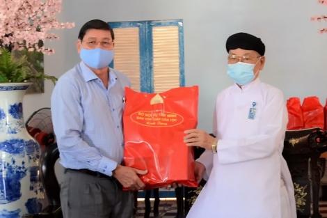 Sở Nội vụ tặng quà chúc mừng Hội thánh Cao Đài Toà thánh Tây Ninh