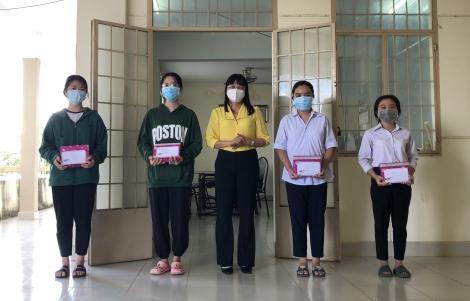 Hoà Thành: Trao học bổng cho học sinh khó khăn