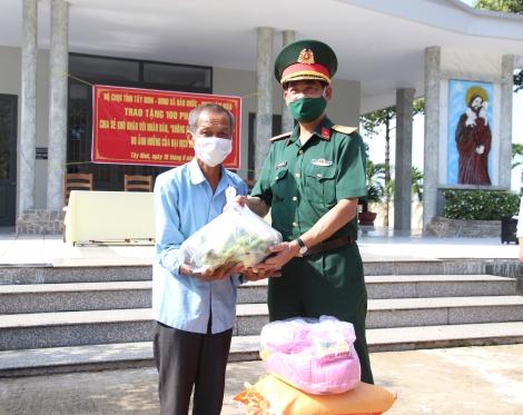 Bộ CHQS tỉnh: Tặng quà cho người dân Hảo Đước