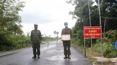 Khen thưởng Chiến sỹ tham gia phòng chống dịch Covid-19 trên tuyến biên giới